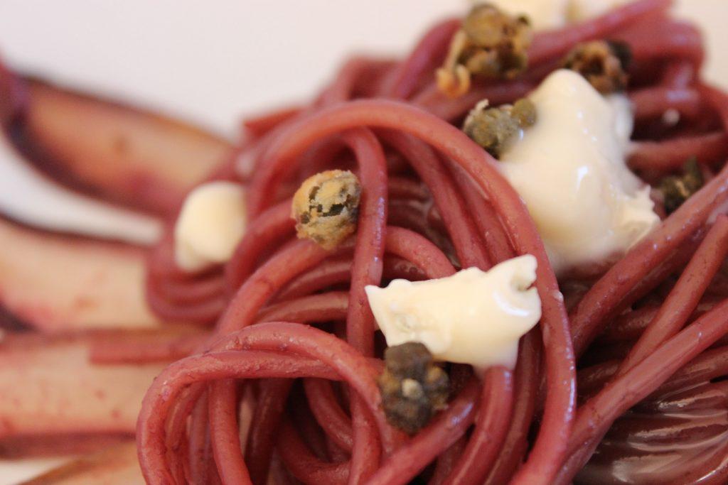 Rotwein-Spaghetti mit frittierten Kapern, rotem Chicoree und Gorgonzola- 30-Minuten Rezept