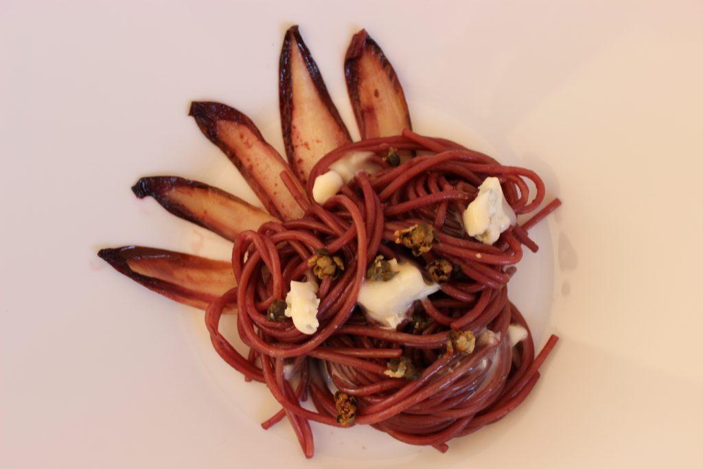 Beschwipste Nudeln - in Rotwein gekochte Spaghetti mit frittierten Kapern, rotem Chicorée und Gorgonzola - 30-Minuten Rezept
